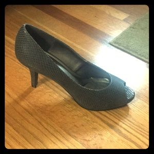 NEW Kelly & Katie Size 8.5 Gray Snake Skin Pumps